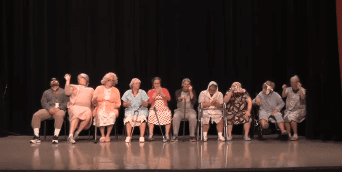"""The """"Golden Girls"""" theme song, """"Thank You for Being a Friend"""", prepped the audience for a sweet performance. 