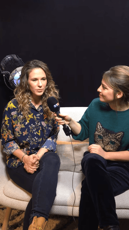 Lorie Pester donne une interview | Photo: Facebook / TF1