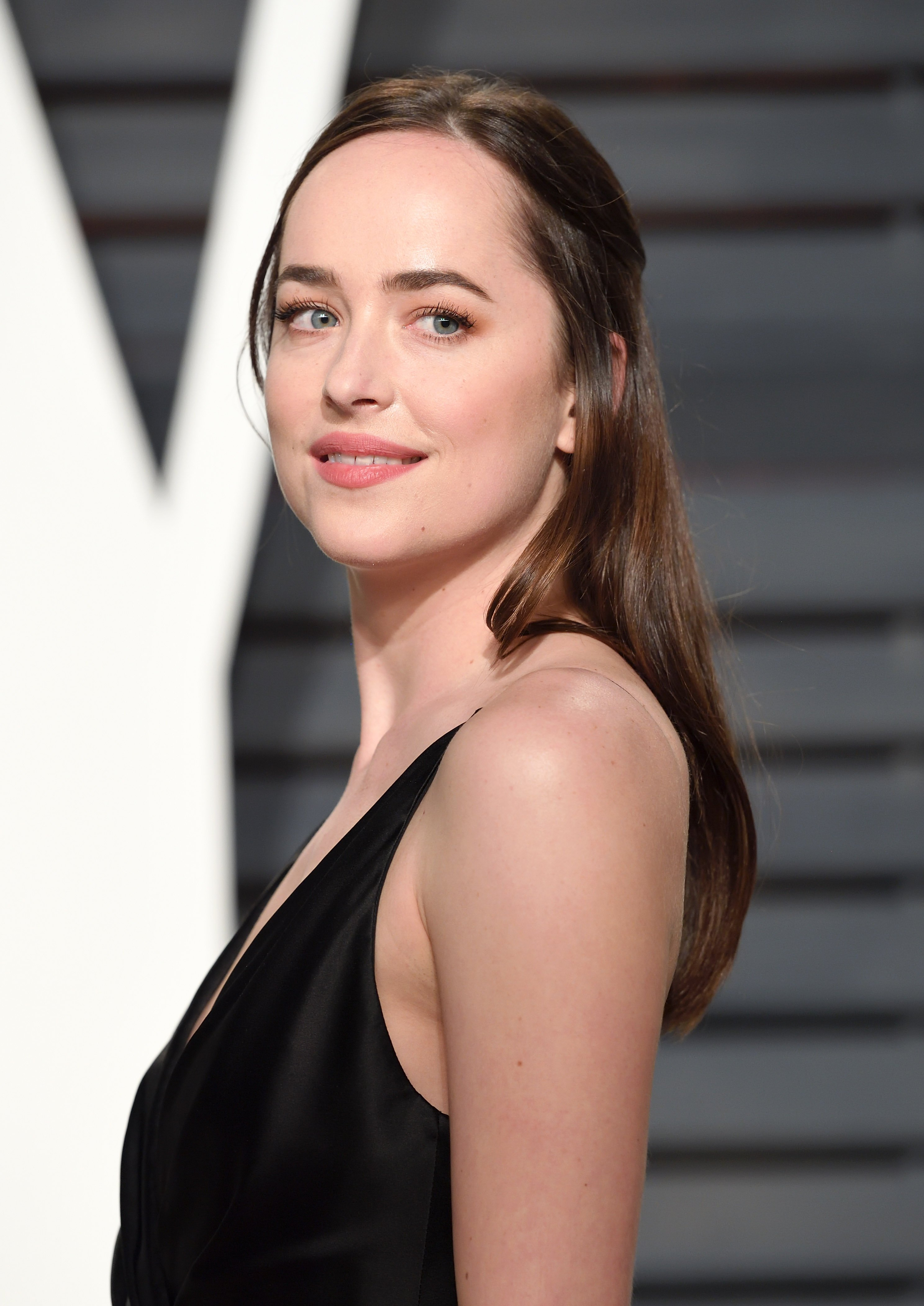 Dakota Johnson arrives for the Vanity Fair Oscar Party in 2017. | Source: Getty Images