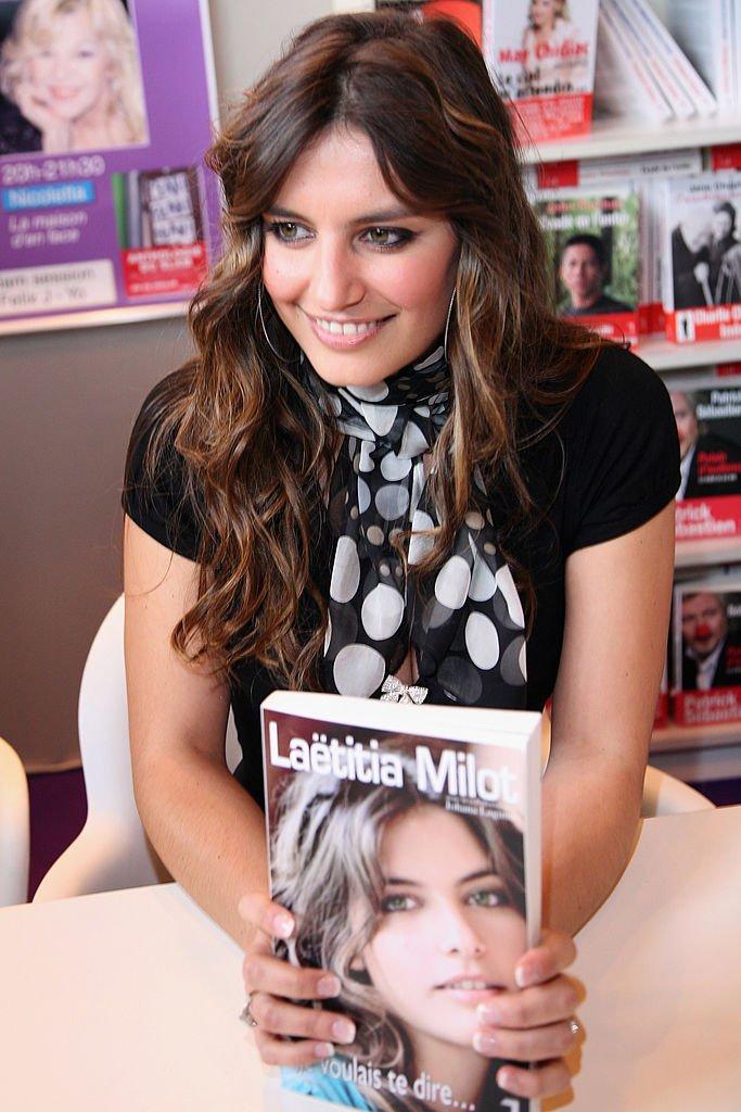 Laëtitia Milot l'un de ses livres à la main. l Source : Getty Images