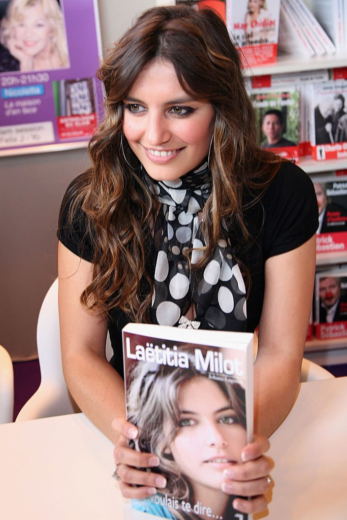 Laëtitia Milot l'un de ses livres à la main. l Source : Getty Images
