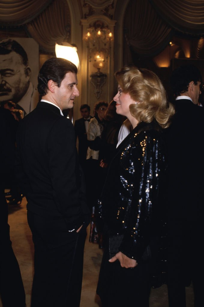"Catherine Deneuve et Pierre Lescure lors de la soirée ""Ernest Hemingway"" à l'hôtel Ritz de Paris le 29 mars 1985, France. 