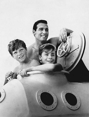 Brian Kelly, Luke Halpin and Tommy Norden promoting the television series Flipper. | Source: Wikimedia Commons.