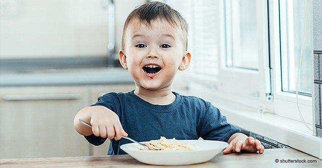 Mutter sorgt sich darum, dass 3-jähriger Sohn kleines Missgeschick im Restaurant hat