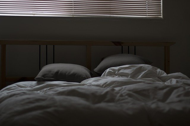 An empty doble bed with linen sheets in the middle of the night. I Image: Pixabay.