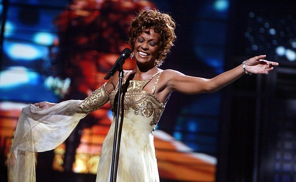 Singer Whitney Houston performing on stage during the 2004 World Music Awards in Las Vegas, Nevada | Photo: Getty Images