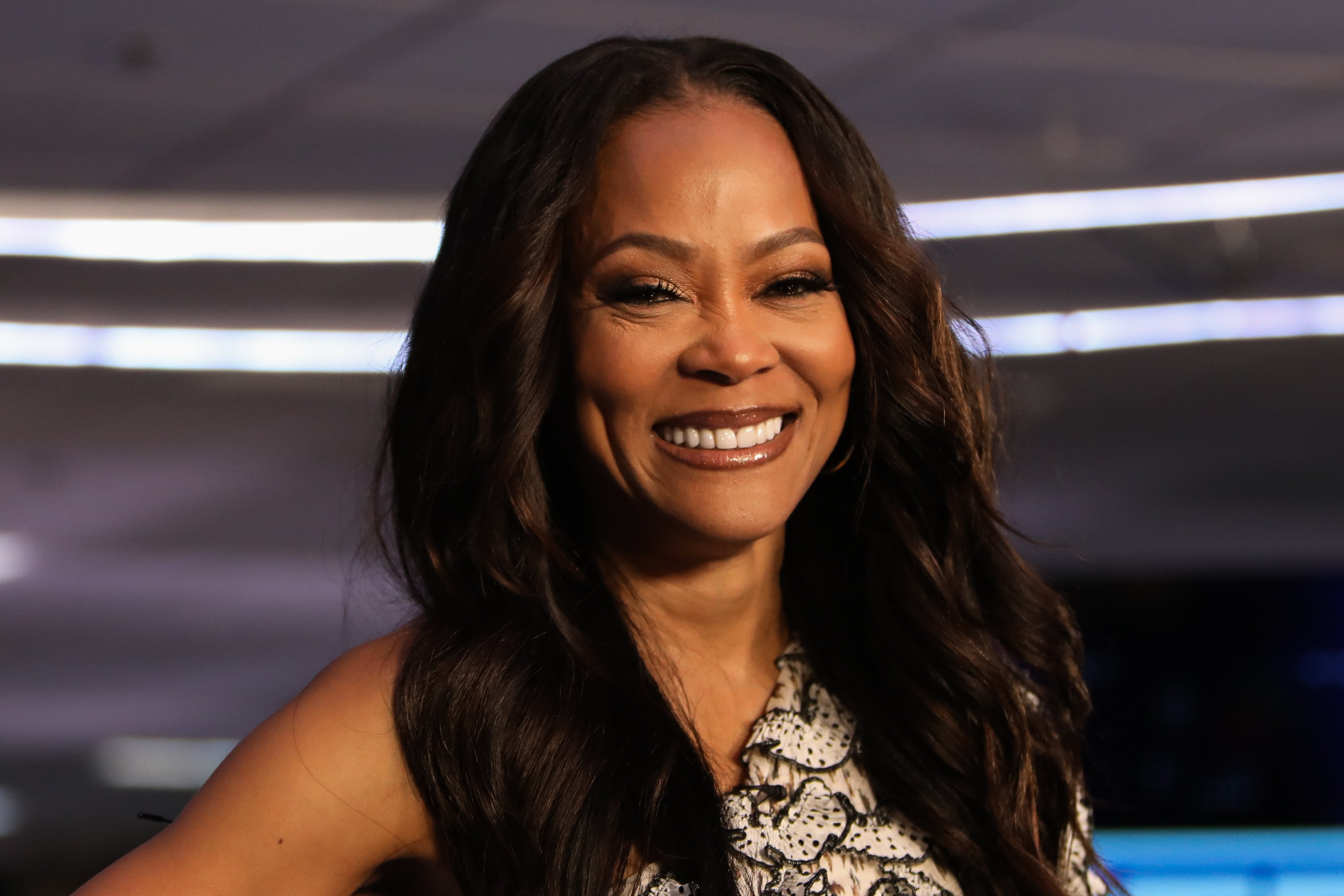 "Robin Givens visits ""Extra"" at Burbank Studios on November 12, 2019 in Burbank, California 