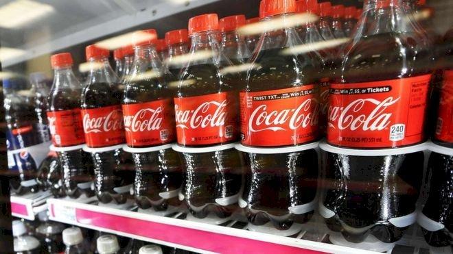 Bouteilles de Coca-Cola sur une étagère de congélateur. | AFP/Getty Images