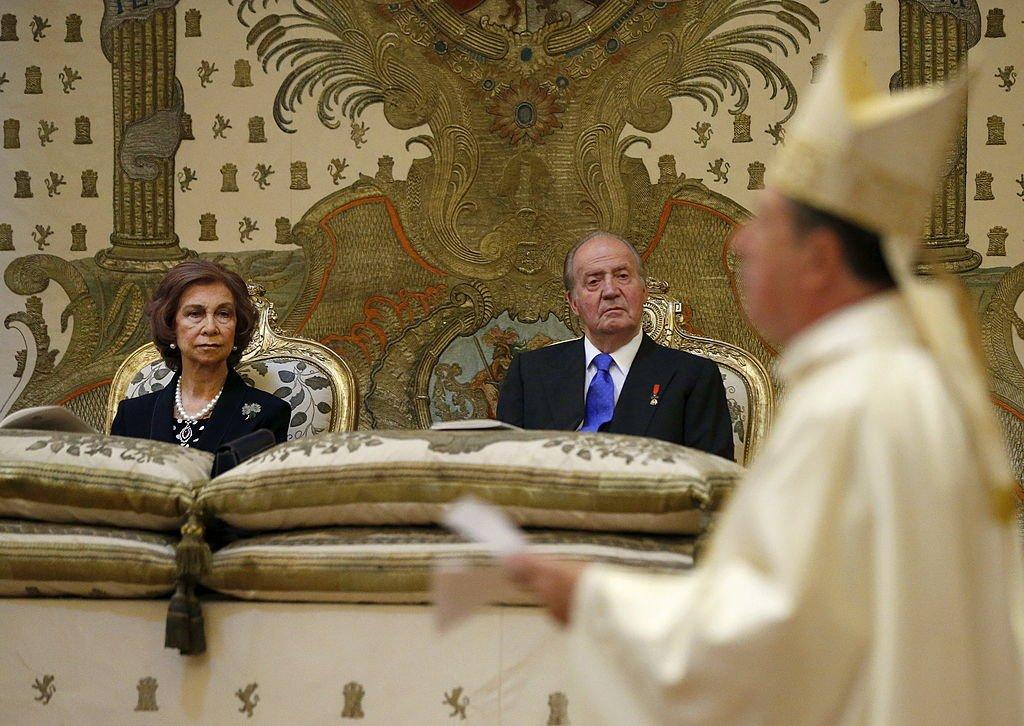 El rey Juan Carlos de España y la reina Sofía de España en la misa que conmemora el centenario del nacimiento de Don Juan de Borbon en la capilla del Palacio Real de Madrid, España, el 20 de junio de 2013. | Imagen: Getty Images