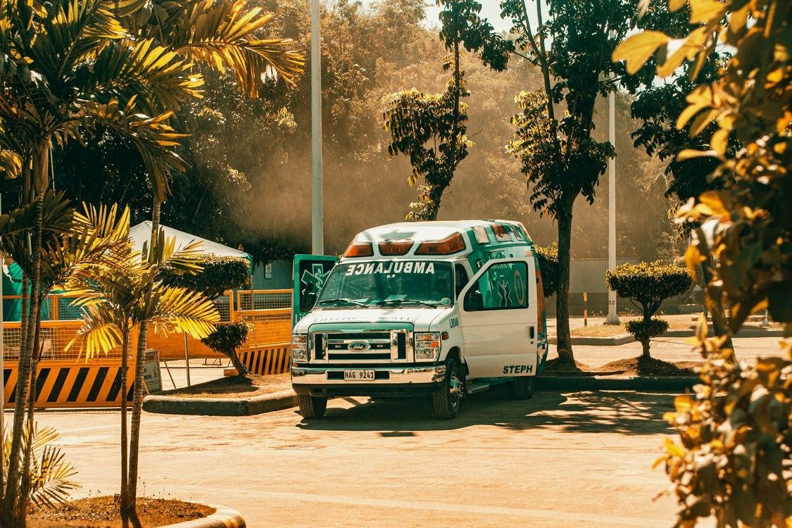 An ambulance responding to the scene of a crash | Photo: Pexels