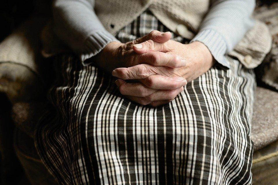 Abuela cruza las manos sobre sus piernas. | Foto: Pixabay