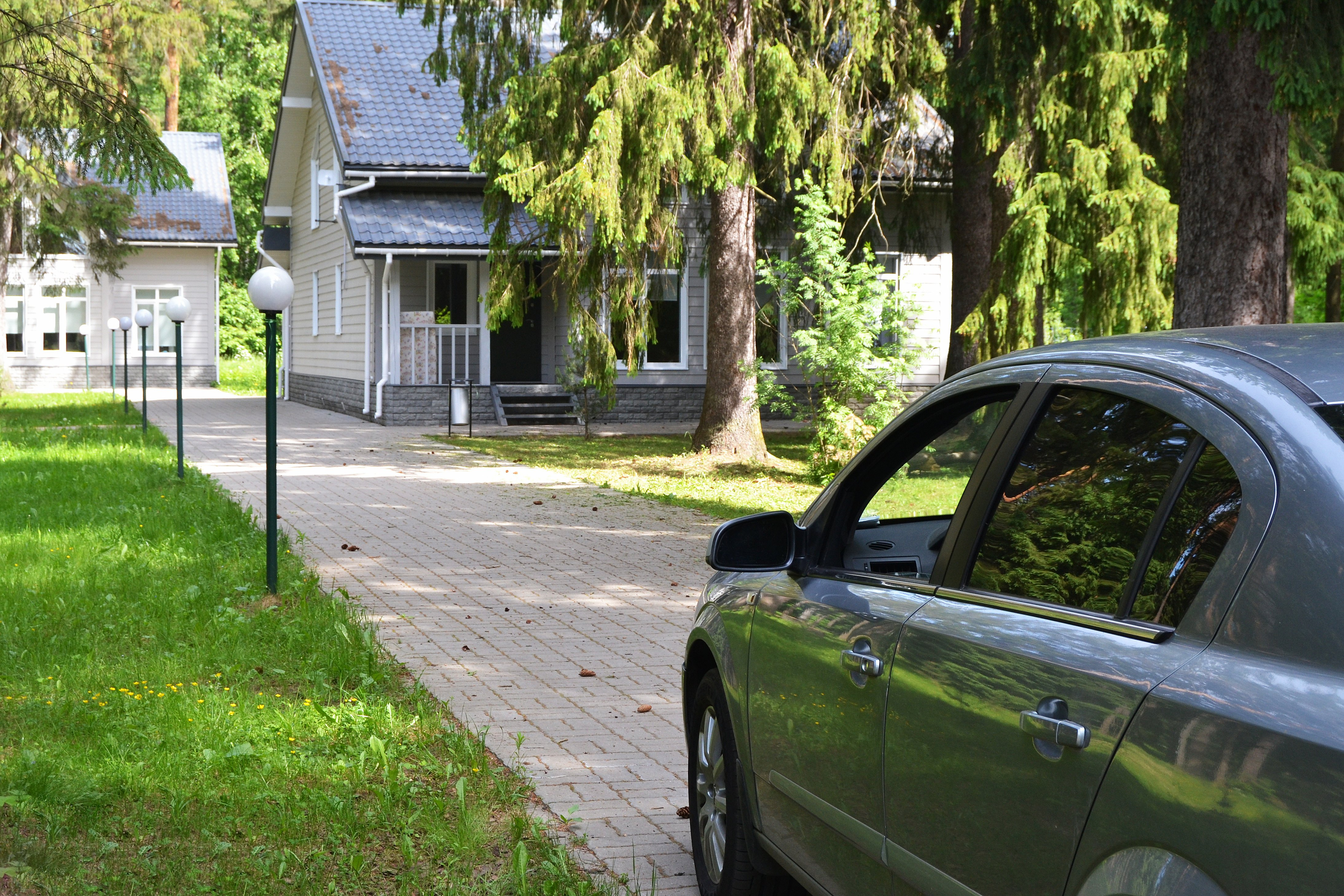 Car parked in the driveway of a suburban house | Photo: Shutterstock