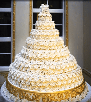 Donald Trump and Melania's wedding cake.| Photo: YouTube/NoCopyrightMusic.