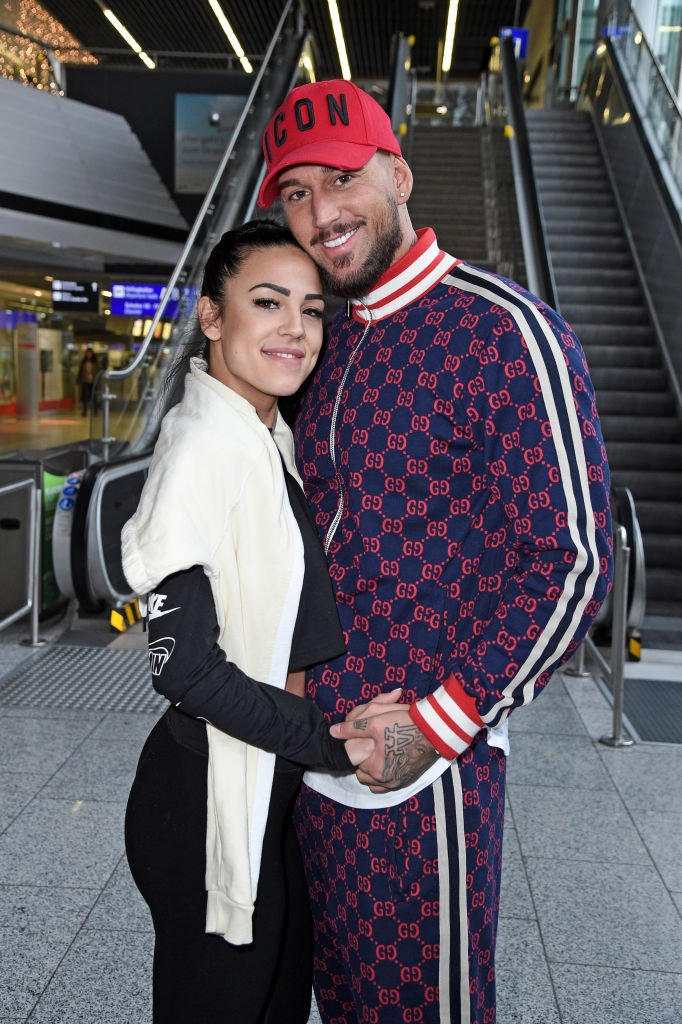 "Elena Miras und Freund Mike Heiter gehen zur RTL-TV-Show ""Ich bin ein Star- holt mich hier raus!"" In Australien am Frankfurter Flughafen am 6. Januar 2020 in Frankfurt am Main, Deutschland. (Foto von Tristar Media) I Quelle: Getty Images"