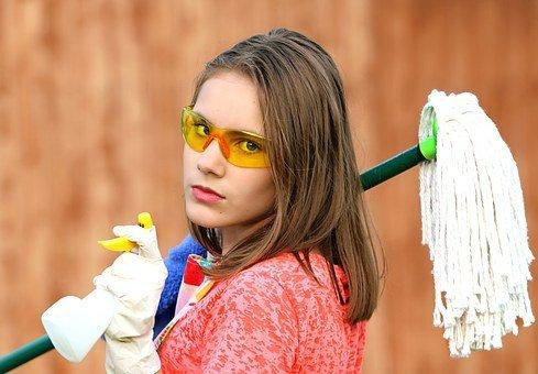 Une jeune femme avec une serpillière et des lunettes de nettoyage. | Pixabay
