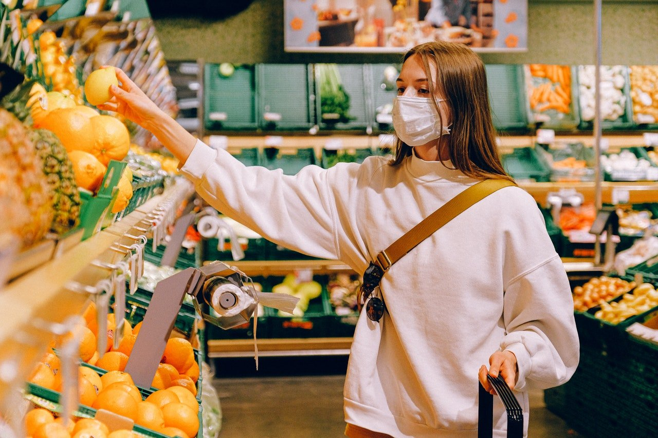 Photo of a woman in a grocery store | Photo: Pexels