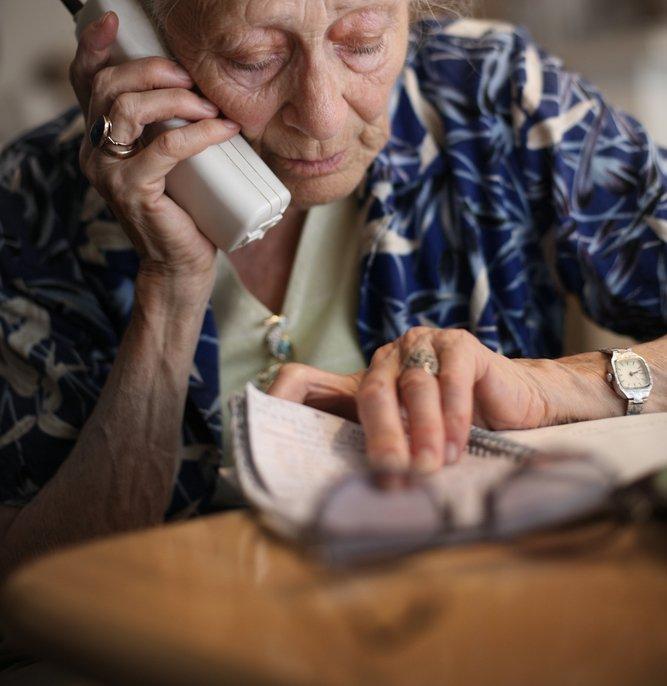 Femme âgée au téléphone / Source : Shutterstock
