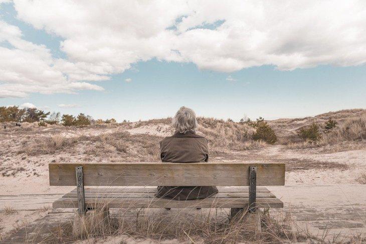 Une vieille femme assise sur un banc | photo : Pixabay