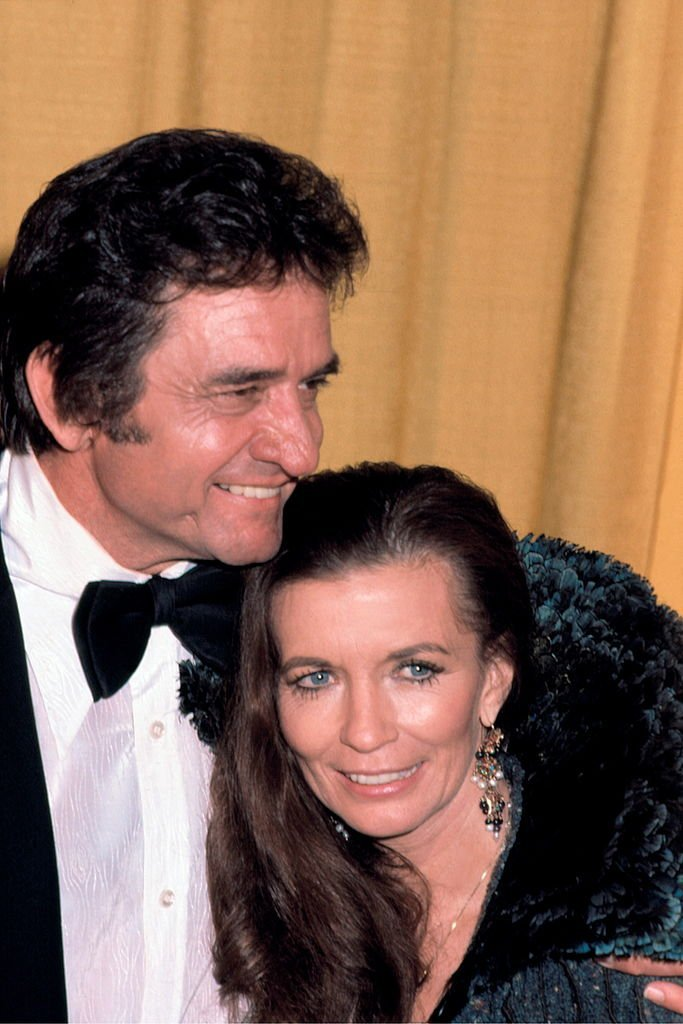 Johnny Cash and June Carter smile for a portrait photo. | Source: Getty Images