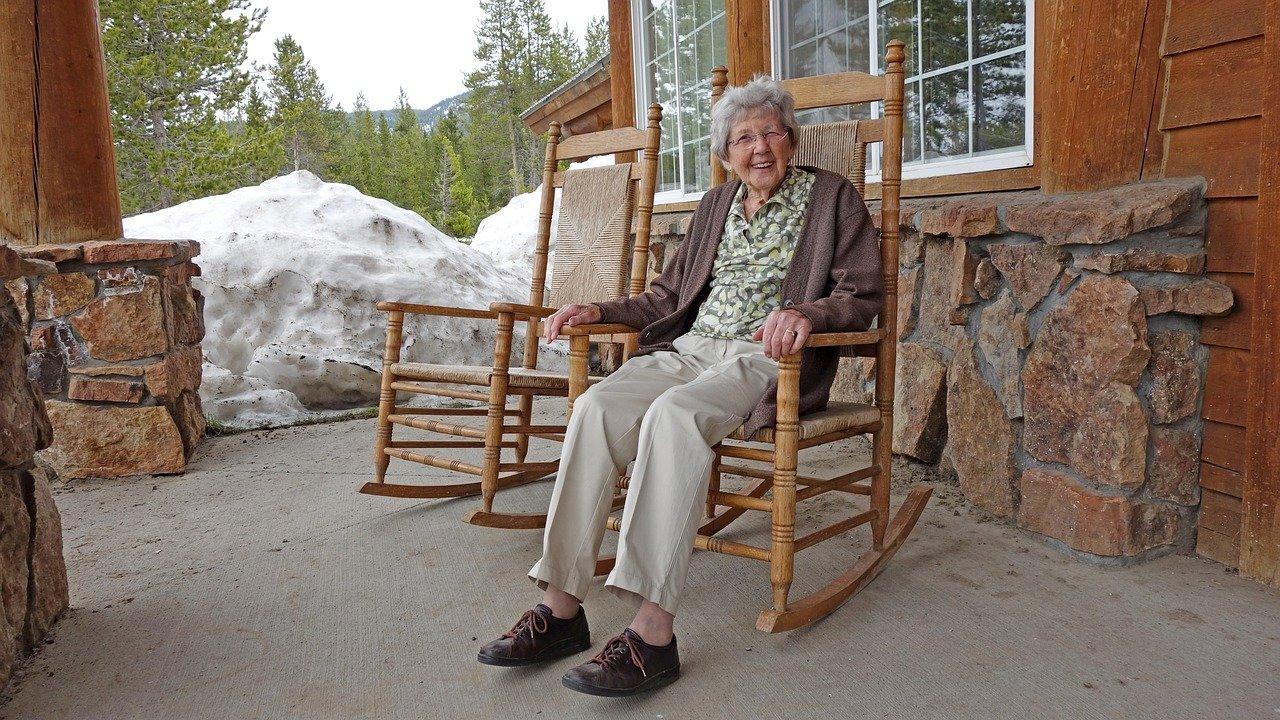 Une vieille femme assise sur une chaise à bascule   Source : Pixabay