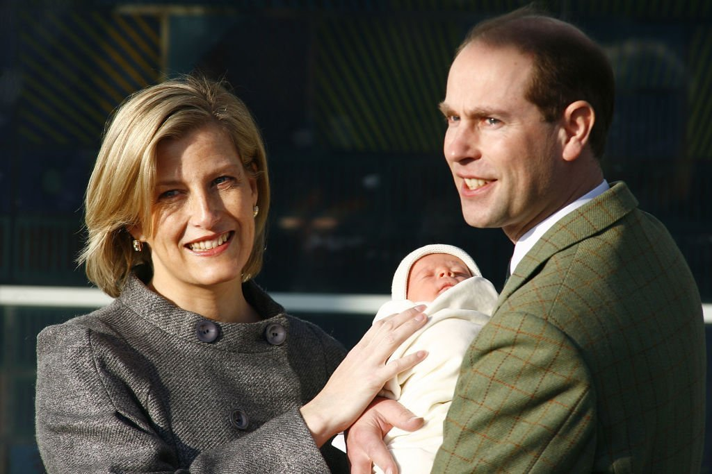Sophie Rhys-Jones, le Prince Edward et leur fils James le 20 décembre 2007 à Frimley. l Source : Getty Images
