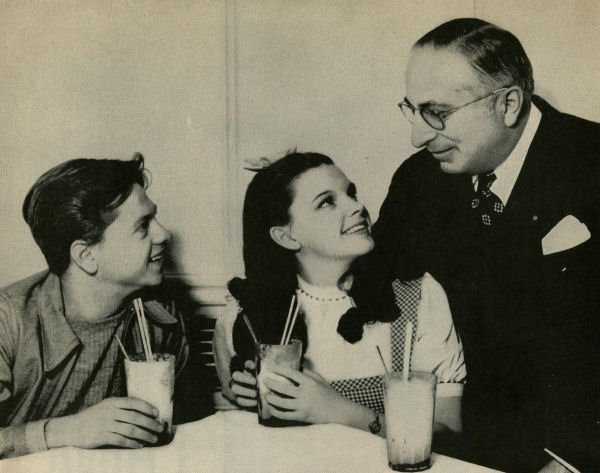 Mickey Rooney, Judy Garland et Louis B. Mayer. | Source : Wikimedia Commons.