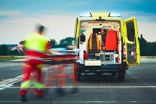 Paramédicos con paciente en camilla. Fuente: Shutterstock