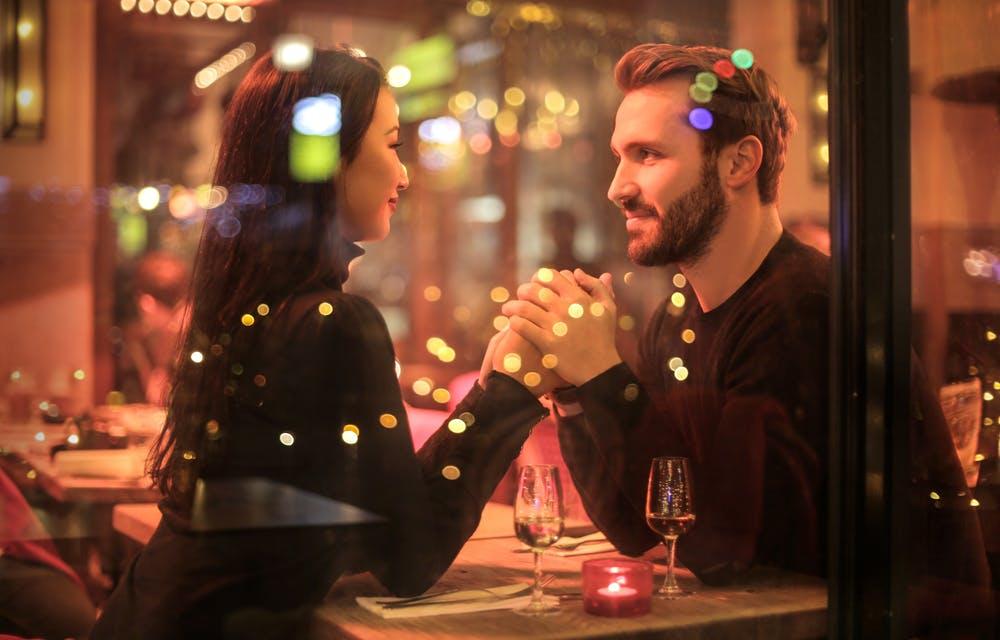 Un homme et une femme se tenant la main | Source : Pexels