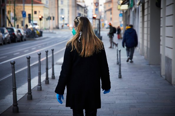 A woman wears a face mask in an effort to protect herself and other from COVID-19 | Photo: Getty Images