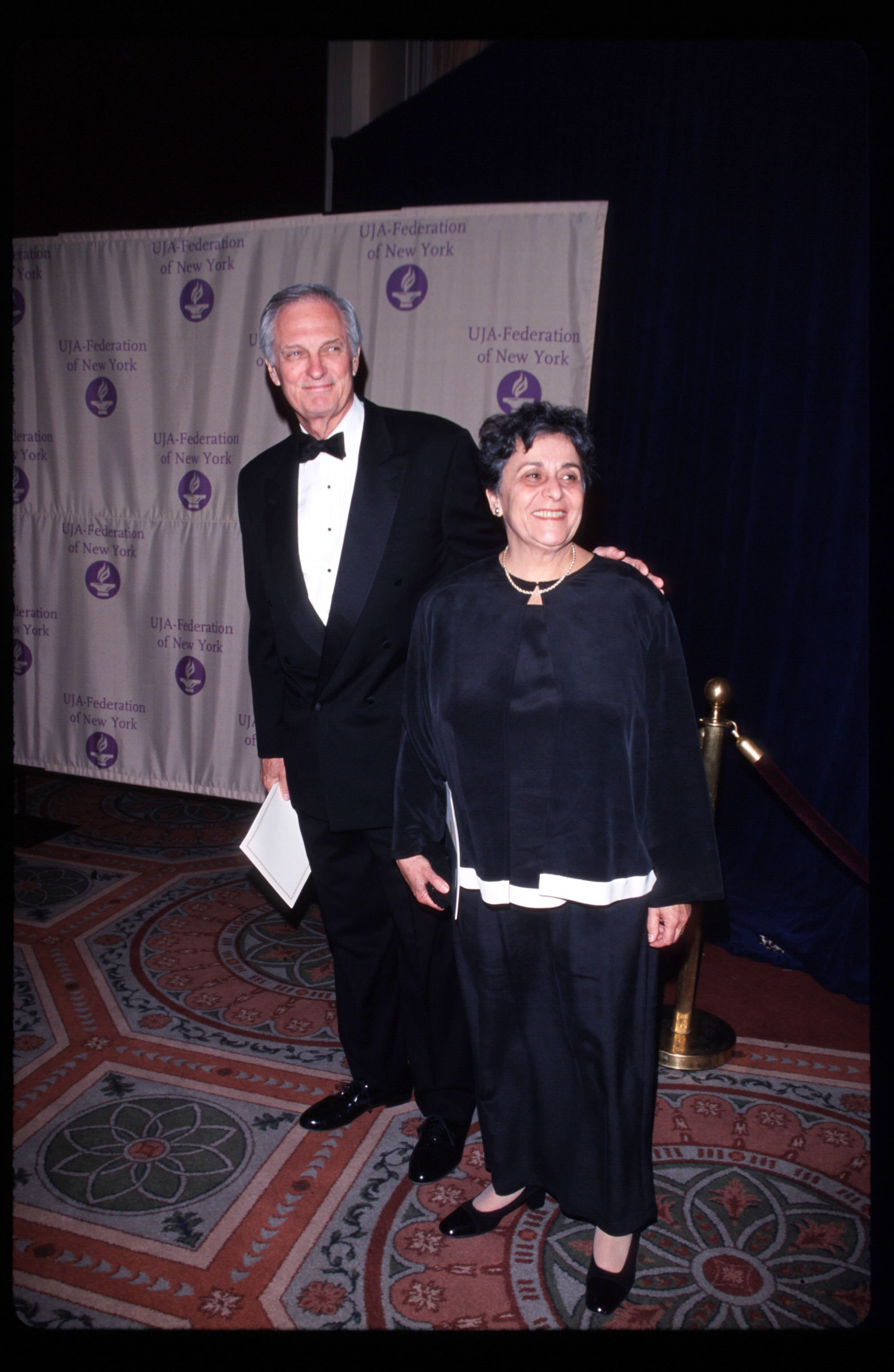 Alan Alda attends awards ceremony with his wife Arlene May 11, 1999 in New York City | Photo: GettyImages