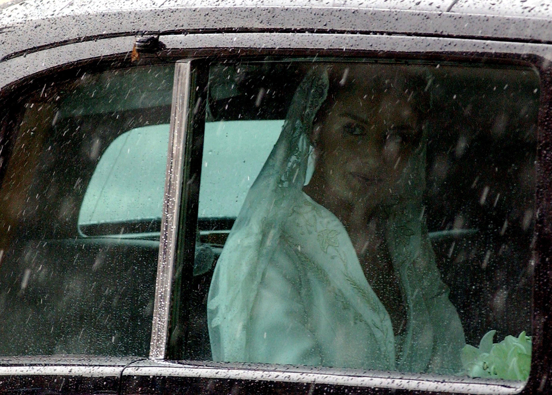 Letizia Ortiz llegando a la catedral de Almudena momentos antes de contraer matrimonio con el príncipe heredero de la corona española, Felipe de Borbón, el 22 de mayo de 2004 || Fuente: Getty Images
