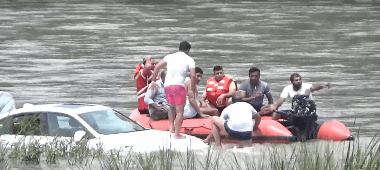 Equipos de rescate tratando de rescatar el BMW. | Fuente: YouTube / Uttarakhand Post