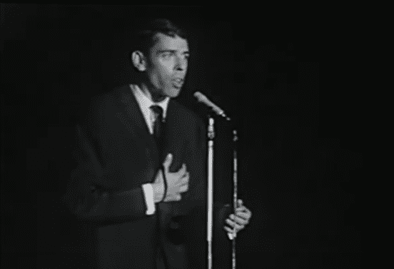 "Jacques Brel performant ""Mathilde"" sur scène en Belgique (1963). 