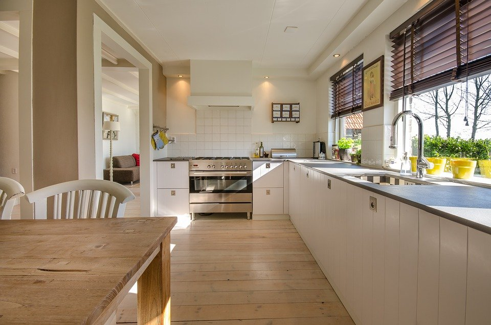 A wide and clean kitchen.   Photo: pixabay.com