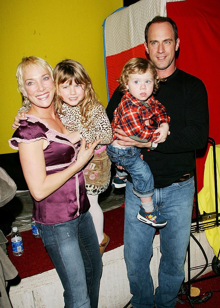 Sherman Williams and actor Christopher Meloni hold daughter Sophia and son Dante at the Big Apple Circus gala benefit event in New York City on November 4, 2005 | Photo: Getty Images