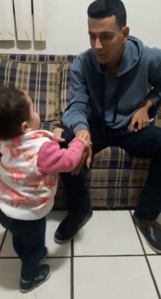Toddler trying to get her father's attention | Source: Facebook/Lupita Padilla