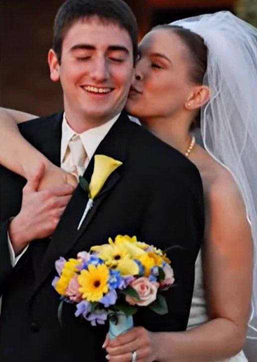 Neil y Laura en su primera boda.| Imagen tomada de: YouTube/Daily Mail Tv
