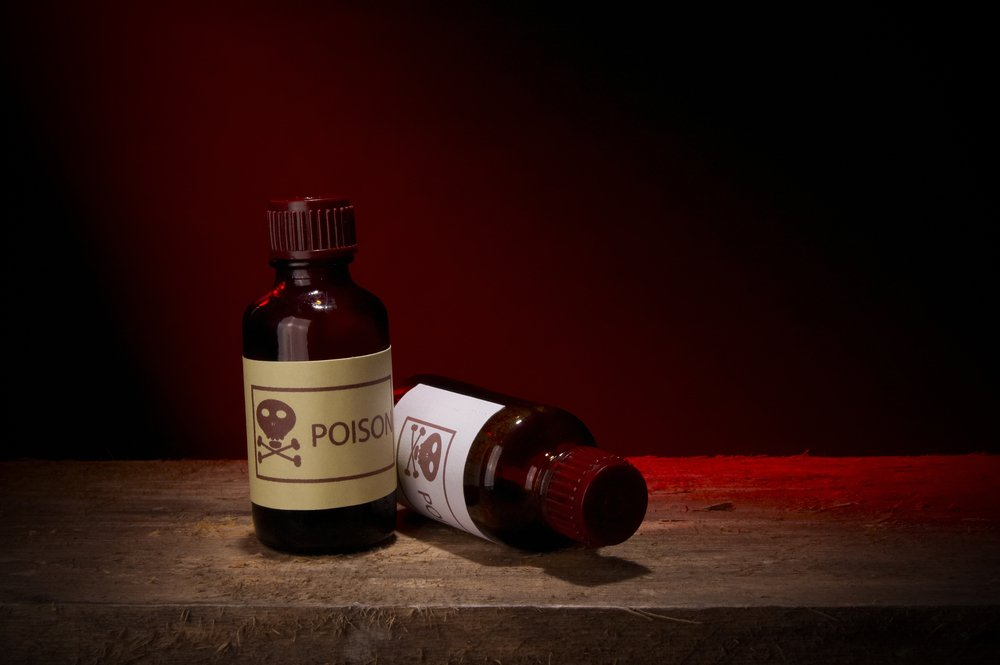 Deux bouteilles de verre de poison. | Shutterstock