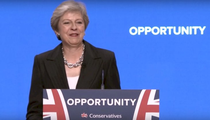 Theresa May donne un discours. | YouTube/Bloomberg Markets and Finance