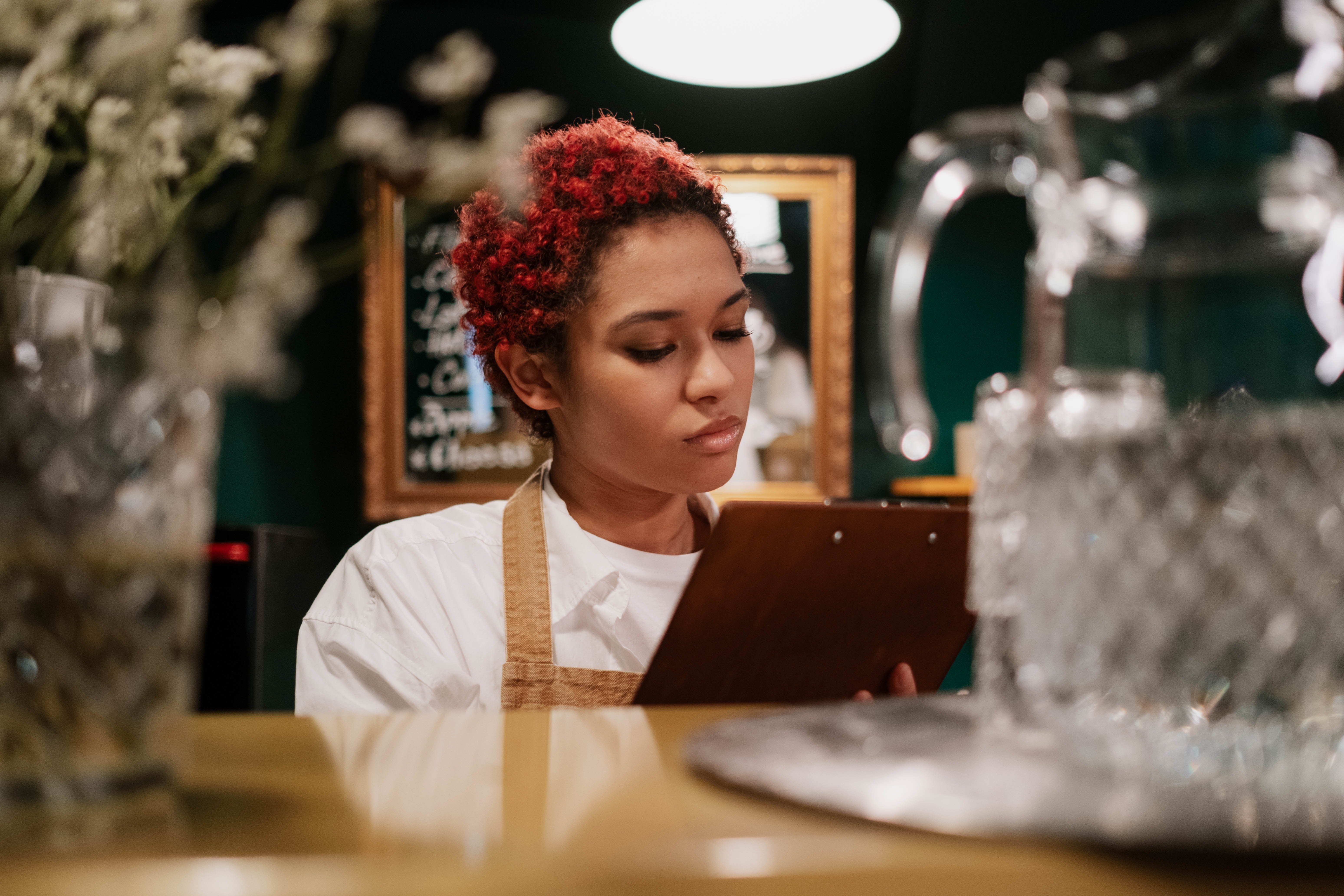 Waitress looking at the list of orders | Photo: Pexels