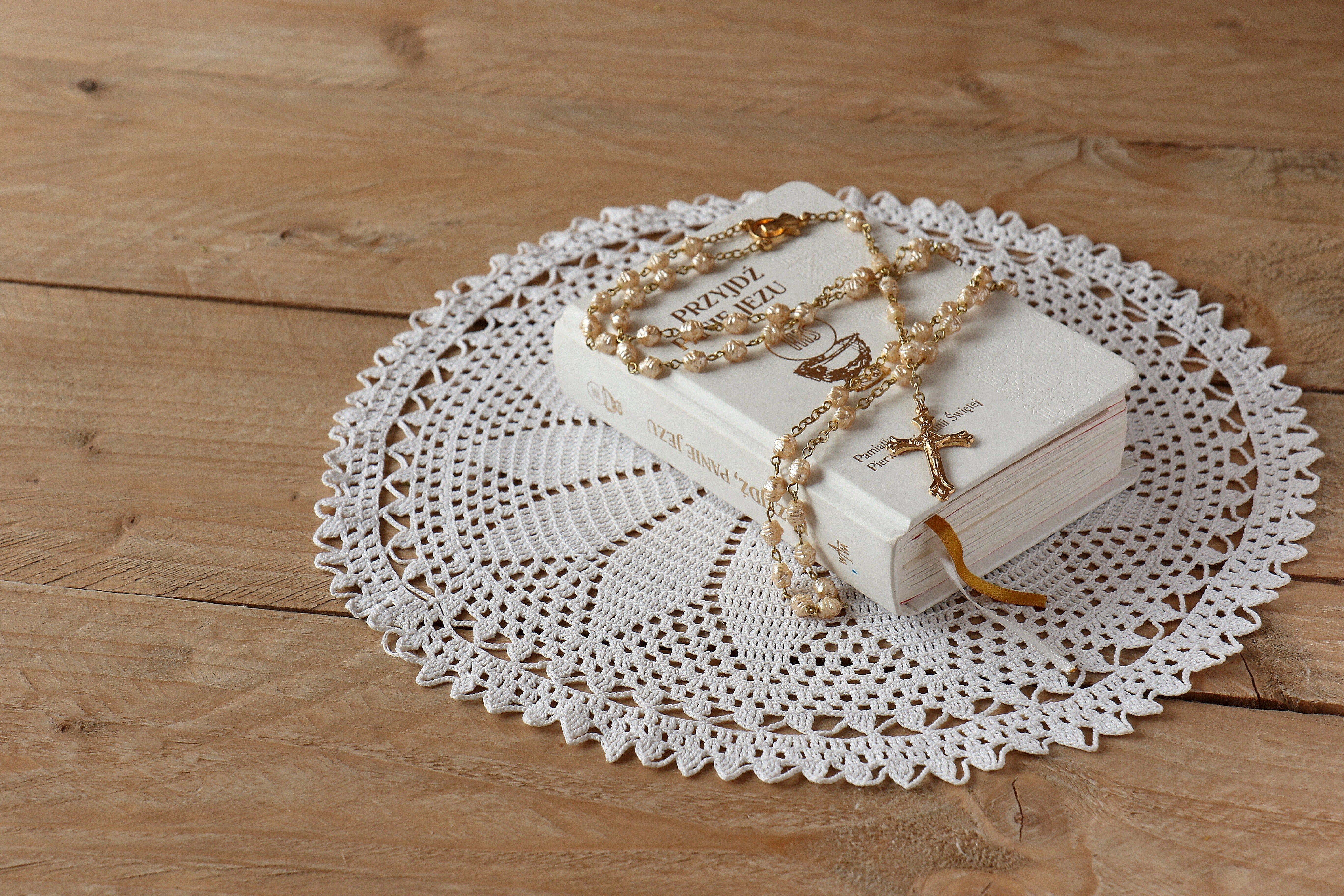 Biblia y rosario. Fuente: Pexels
