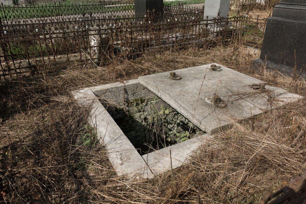 Un cimetière avec une tombe ouverte. | Shutterstock
