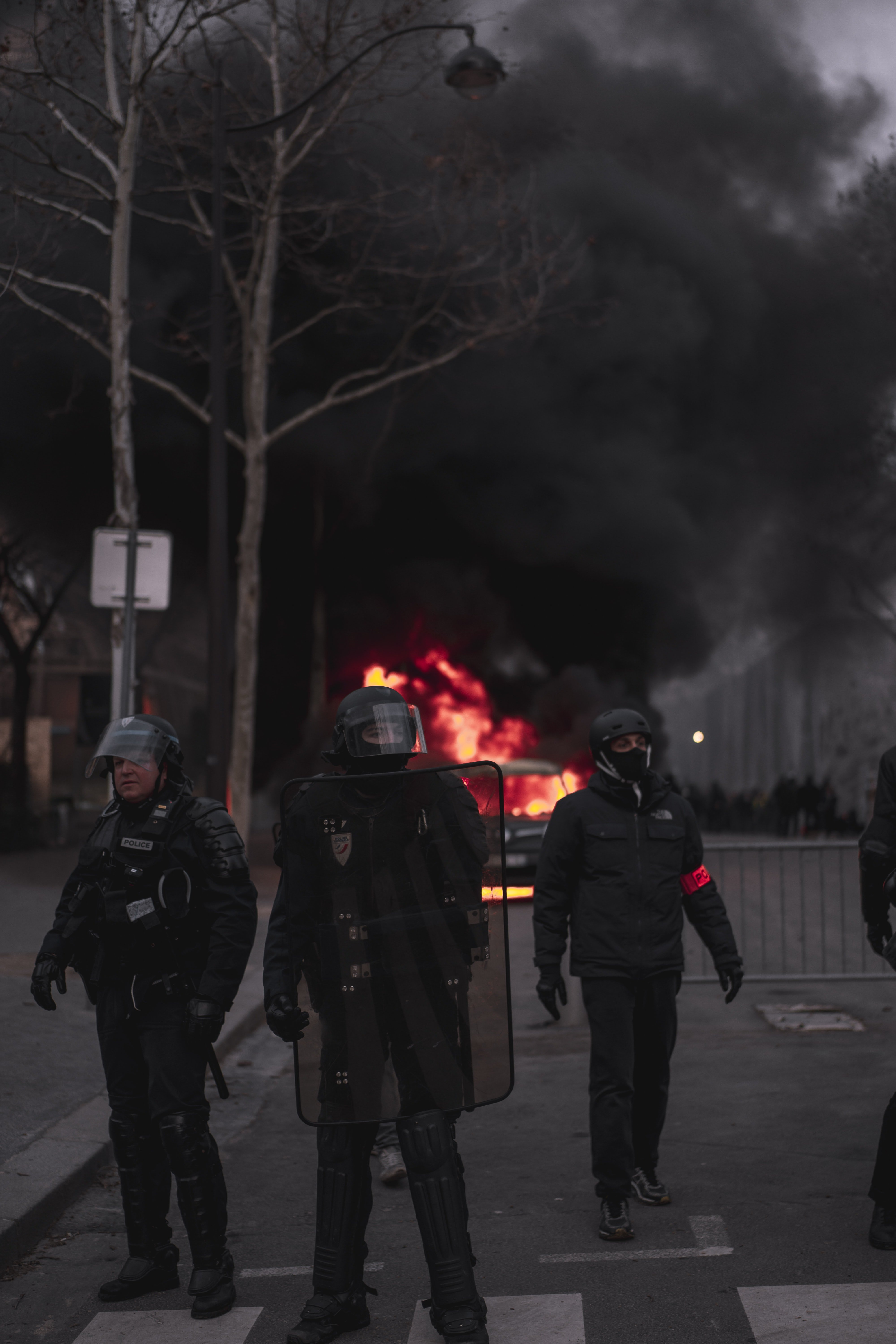 Policemen in front of a fire   Photo: Pexels