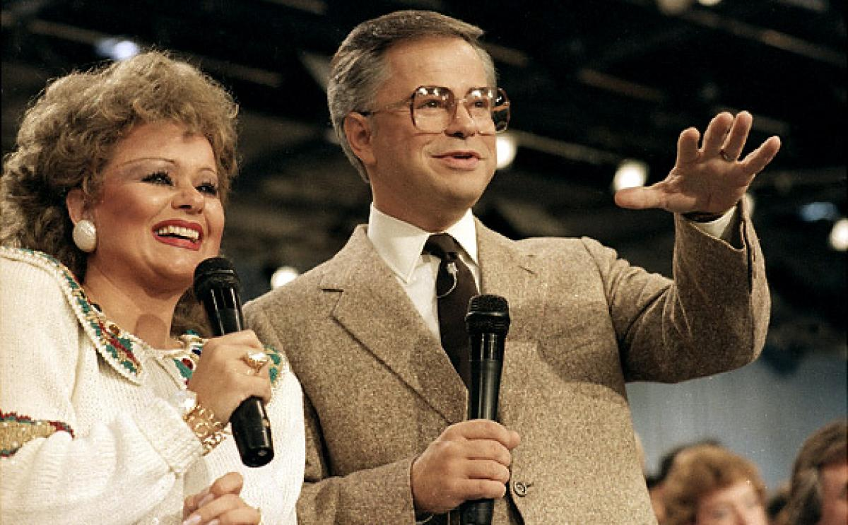 Jim Bakker during a PTL broadcast with Tammy Faye circa 1986 | Photo: Peter K. Levy, Public domain, via Wikimedia Commons