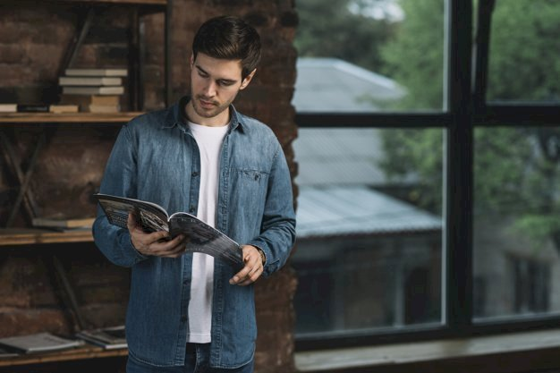 Un homme lit un livre. | Photo: Freepik