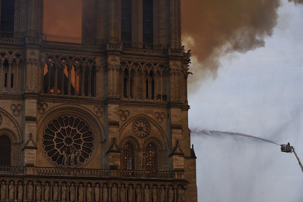 Bombero trabajando para extinguir el fuego desde plataforma elevada. 15 de abril de 2019   Imagen: Getty Images.