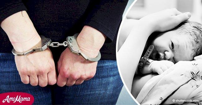 Mujer alega que la policía la obligó a dar a luz esposada