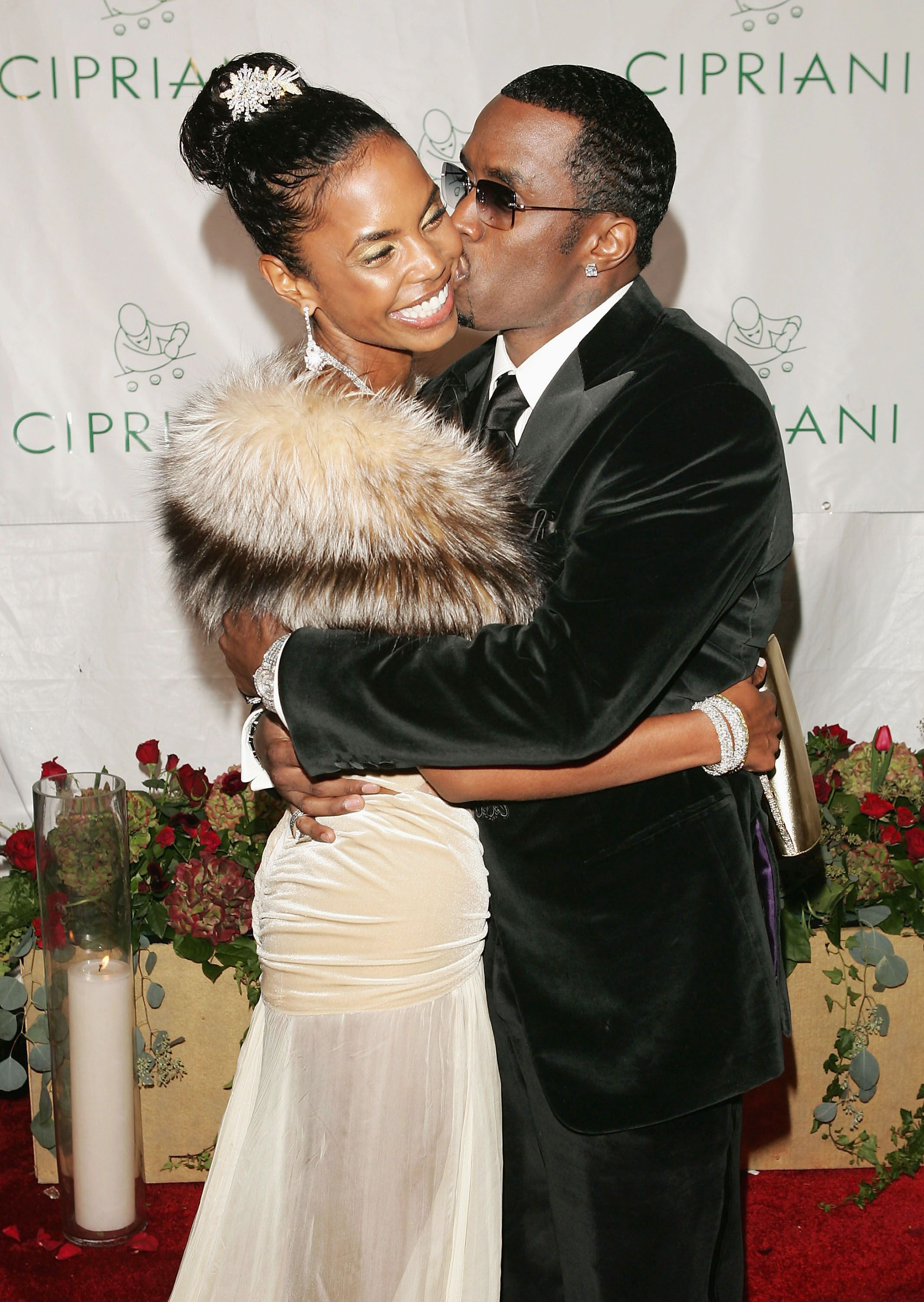 Sean Combs and Kim Porter at his 35th birthday celebration on November 4, 2004 in New York. | Photo: Getty Images