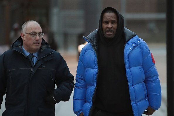 R. Kelly (R) and his attorney Steve Greenberg leave Cook County jail after Kelly posted $100 thousand bond on February 25, 2019 | Photo: Getty Images