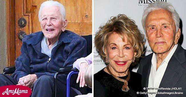 Kirk Douglas célèbre son 102e anniversaire avec sa femme Anne tout en lui tenant les mains dans son fauteuil roulant